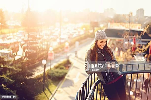 Jogger Frau Genießen Sie die Sonne am Morgen
