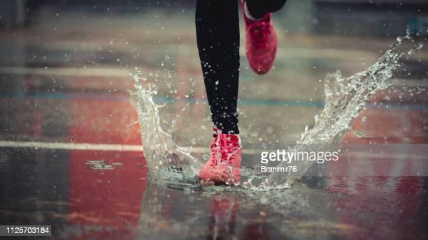 joggen en fitness op dag sneeuwt - regen stockfoto's en -beelden