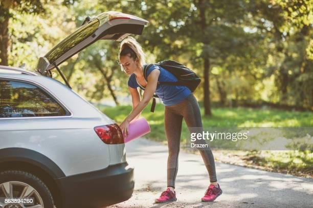 joggen und yoga ist großartige kombination von körperlichen aktivitäten - auto kofferraum stock-fotos und bilder