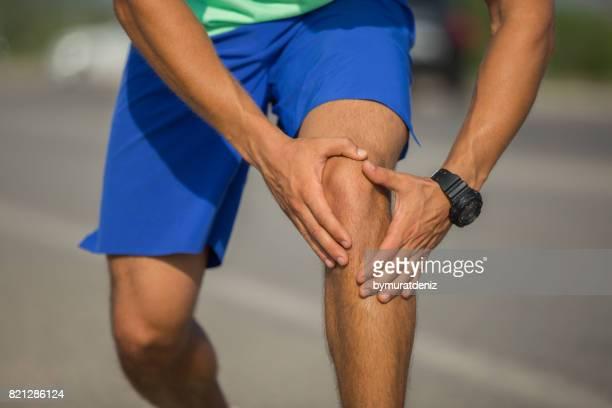 lesión para trotar - rodilla humana fotografías e imágenes de stock