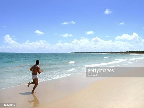 jogging sulla spiaggia - fuggire foto e immagini stock