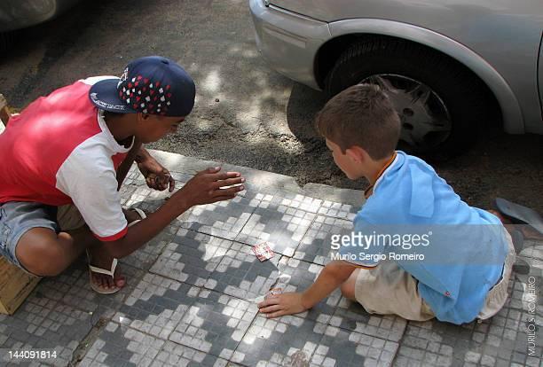 O jogo do bafo é uma brincadeira muito comum entre os colecionadores de figurinhas A brincadeira se chama jogo do bafo pois o bafo provocado pelas...