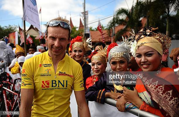 CONTENT] Johan Coenen of Team DifferdangeLosch Luxemburg the Stage 3 Yellow Jersey posed with local girls with traditional West Sumatra costume...