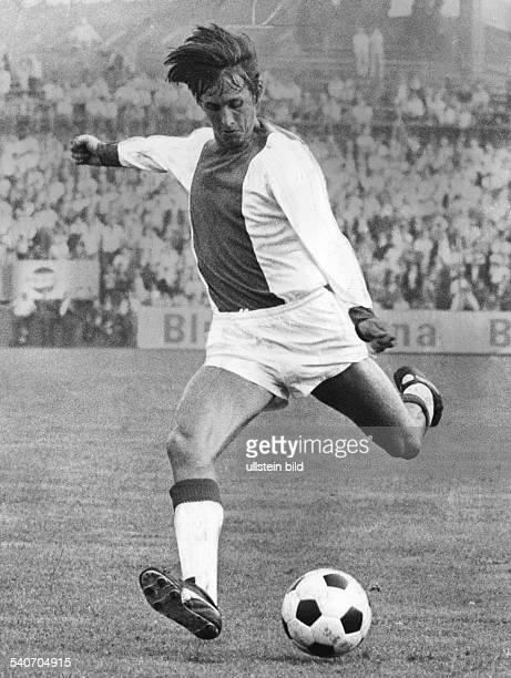 Johan Cruyff, Fußballspieler von Ajax Amsterdam, am Ball während des Europapokalspieles gegen Bayern München am 4.3.1973. .