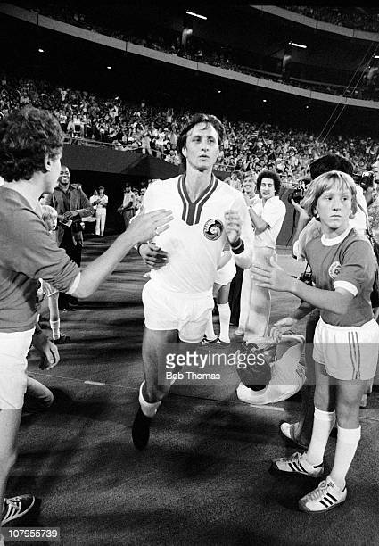 Johan Cruyff of the New York Cosmos taking the field before a match with the World All Stars XI at Giants Stadium, New York circa August 1978. The...