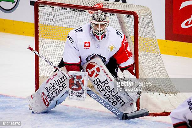 Johan Gustafsson of Frolunda Gotenburg awaits the throw during the 2nd period of Champions Hockey League Round of 32 match between Yunost Minsk and...