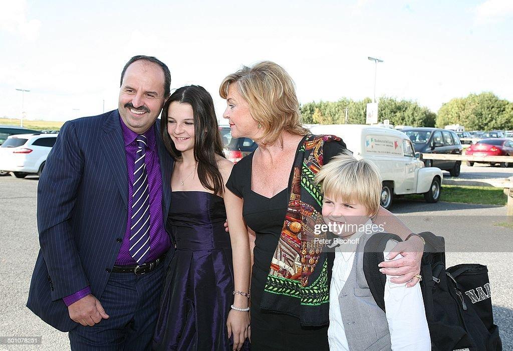Johann Lafer (Sterne-Koch), Ehefrau Silvia, Tochter Jennifer (13), Sohn Jonathan (8), Hochzeitsfeier nach standesamtlicher Trauung von Bräutigam Horst : Nachrichtenfoto