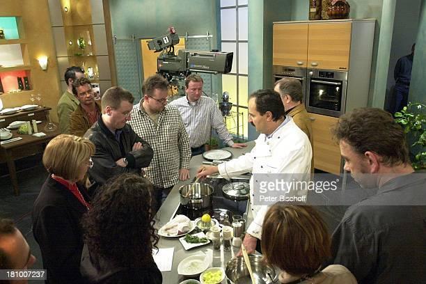 Johann Lafer Gäste Dreharbeiten zur 3satSendung Johann Lafers Culinarium TVKochstudio Guldental Topf Speisen kochen Kochlöffel Zuschauer Publikum...