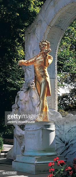johann strauss monument, vienna, austria - denkmal stock-fotos und bilder