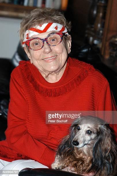 """Johanna König , Dackel-Dame """"Antoinette"""", Homestory zum 85. Geburtstag, Berlin, Deutschland, , P.-Nr. 170/2006, Wohnzimmer, Hund, Tier, Brille,..."""