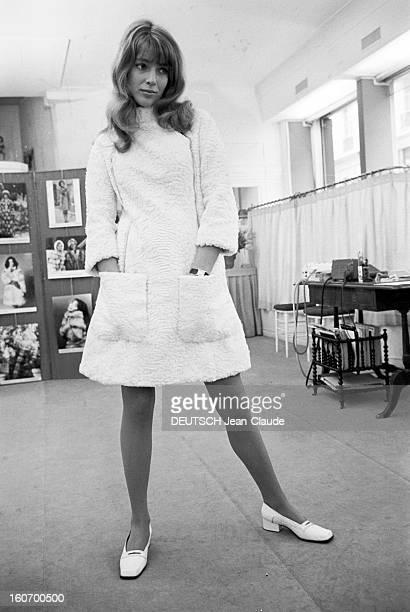 Johanna Shimkus Poses For Chombert Fur Paris 29 janvier 1968 Dans une salle de l'établissement des fourrures CHOMBERT portrait de l'actrice et...