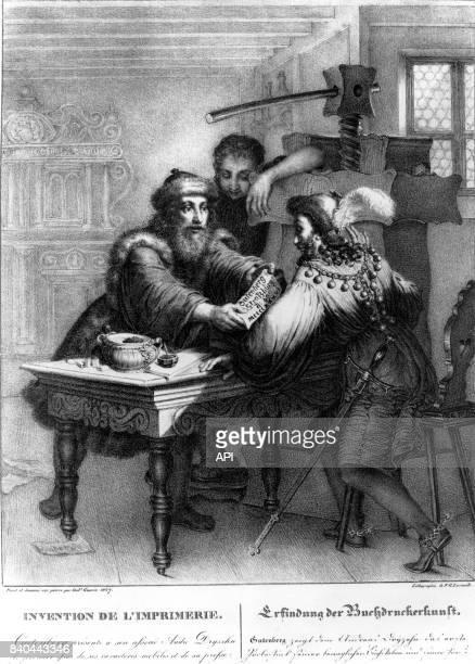 Johannes Gutenberg présentant son premier essai d'impression à son associé à Mayence au VXè siècle en Allemagne
