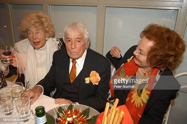 Johannes Heesters Carola Höhn Margot Hielscher Feier zum 99Geburtstag von Johannes Heesters München 'ArriKino' gratulieren Gratulation Getränk Glas...