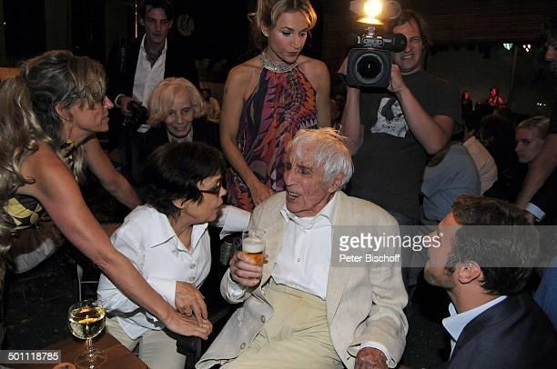 Johannes Heesters Ehefrau Simone Rethel dahinter Mitte stehend Caroline Beil Party nach Premiere der Musikkomödie 'Inselkomödie oder Lysistrate und...