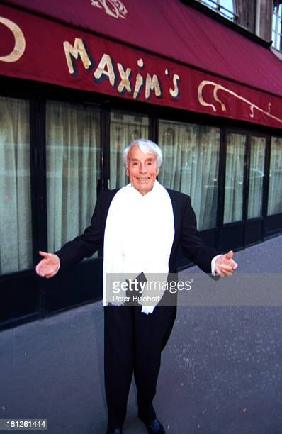 Johannes Heesters Paris/Frankreich UrlaubRestaurant Maxims Schauspieler Sänger Entertainer Anzug Schal