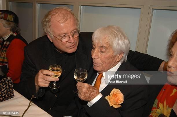 Johannes Heesters sein Agent Jürgen Ross Margot Hielscher Feier zum 99Geburtstag von Johannes Heesters München 'ArriKino' Glas Wein Getränk