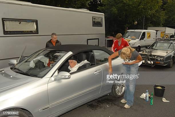 Johannes Heesters , Stuntman , Mitglieder Dreh-Team, Dreharbeiten zum Internet-Musik-Video für Auto-Leasing-Kampagne mit J o h n n e s H e e s t e r...