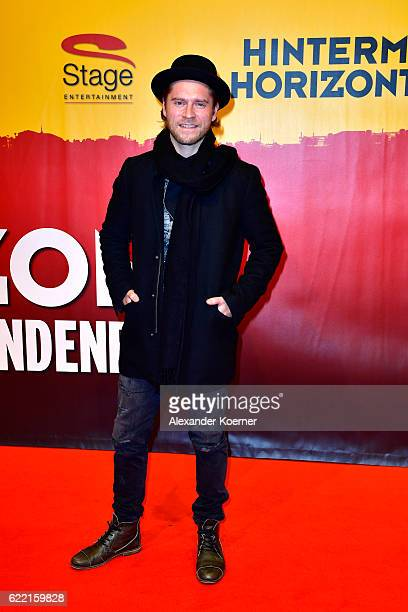 Johannes Oerding attends the red carpet at the Hinterm Horizont Musical premiere at Stage Operretenhaus on November 10 2016 in Hamburg Germany