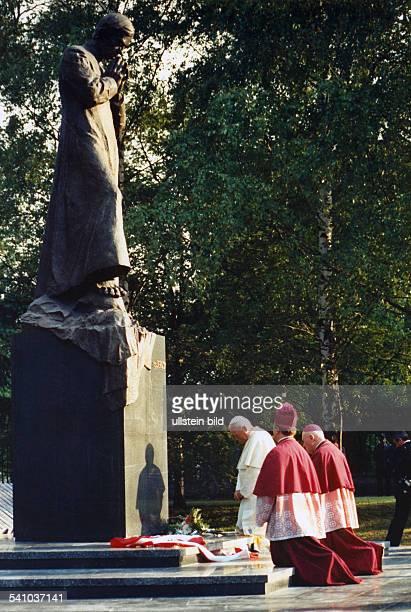 Johannes Paul II *Papst Polen vierte Polenreise 1991 kniet an dem Denkmal des Priesters Jerzy Popieluszko in Bialystok nieder