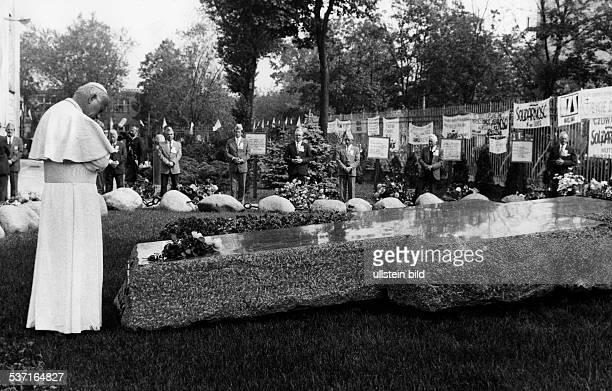 Johannes Paul II Papst Polen Polenreise 1987 in Warschau am Grab von Jerzy Popieluszko ein 1984 vom polnischen Staatssicherheitsdienst ermordeter...