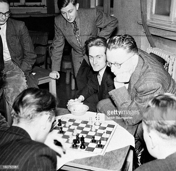 Johannes RAU is playing chess with friends