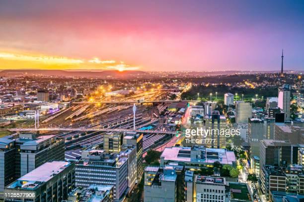ネルソン ・ マンデラ橋とヨハネスブルグ都市景観 - ヨハネスブルグ ストックフォトと画像