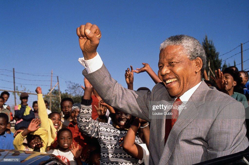 Nelson Mandela Visits Hlengiwe School : Nachrichtenfoto