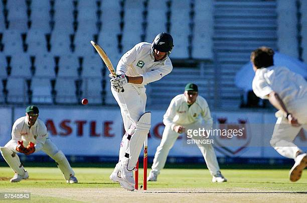 Johannesburg, SOUTH AFRICA: New Zealand batsman Jacob Oram bats, 06 May 2006, off South African Dale Steyn bowling watched by South African wicket...