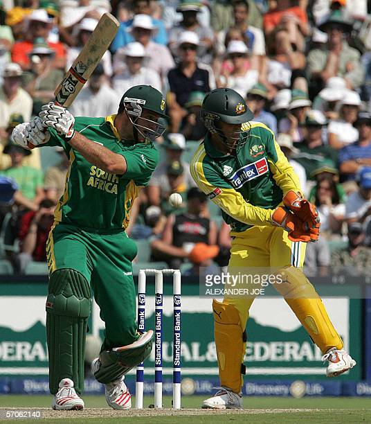 South African opening batsman Graeme Smith plays a shout as Australian wicket keeper Adam Gilchrist waits during the 5th OneDay International cricket...