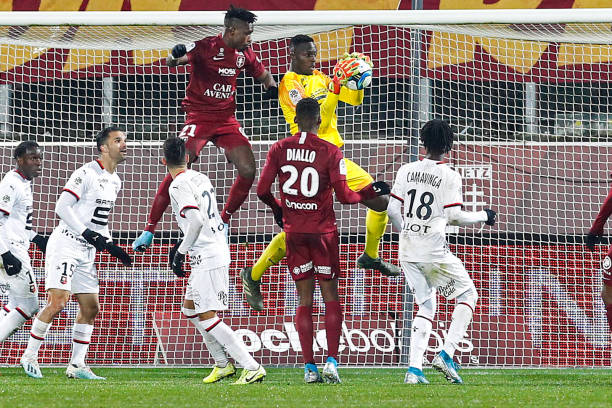Championnat de France de football LIGUE 1 2018-2019-2020 - Page 33 John-boye-of-metz-and-edouard-mendy-of-rennes-during-the-ligue-1-fc-picture-id1186501456?k=6&m=1186501456&s=612x612&w=0&h=L2YRx_m0rcrEWePDBPoz9zZcUssNcUhP07C8ZpkwONI=