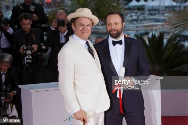 John C REILLY et Yorgos LANTHIMOS au Photocall du Palmarès du 68e Festival de Cannes au Palais des Festivals le 24 mai 2015 Cannes France Film THE...