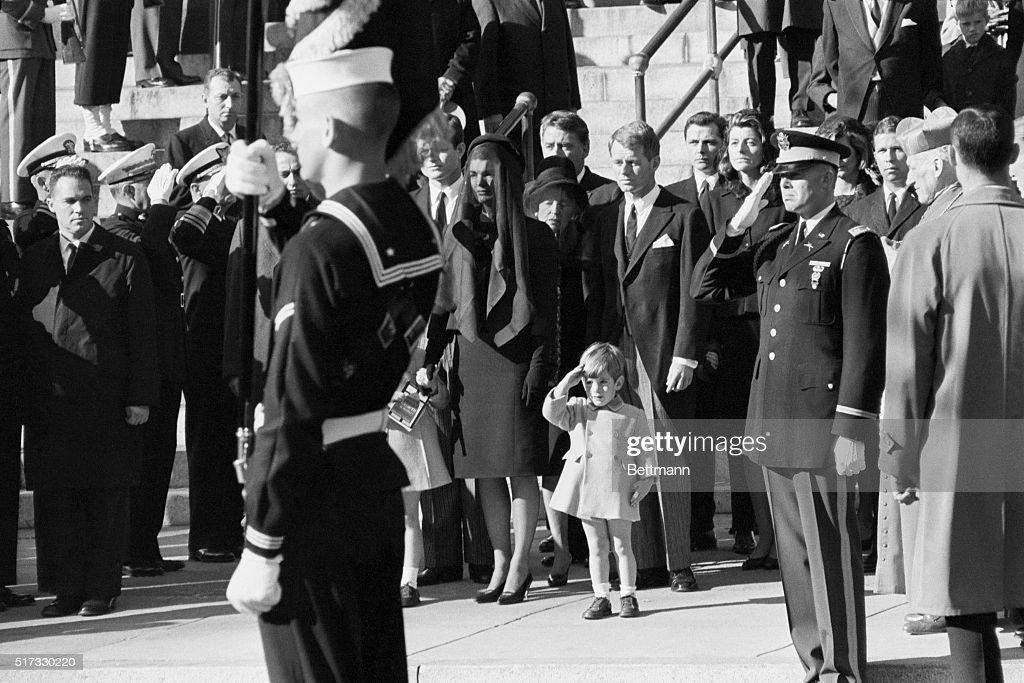 John F. Kennedy Jr. Saluting His Father at Funeral : Fotografía de noticias