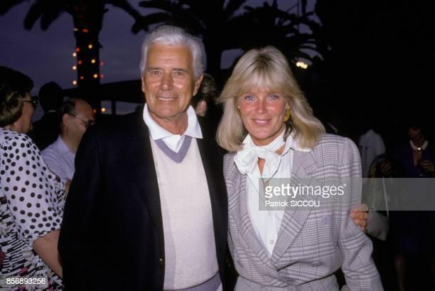 John Forsythe et Linda Evans acteurs du feuilleton televise americain 'Dynastie' au tournoi de tennis de MonteCarlo le 13 juin 1988 a MonteCarlo...