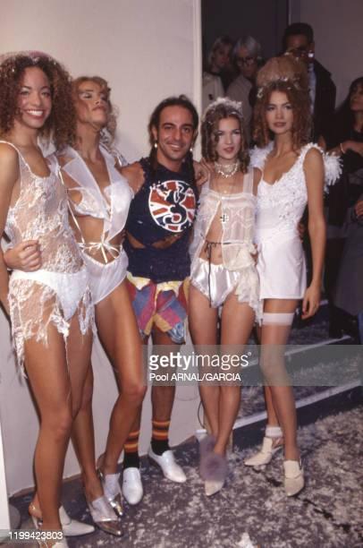 John Galliano et ses mannequins lors défilé du couturier, collection Prêt-à-Porter Printemps/été 92 à Paris en octobre 1991, France.