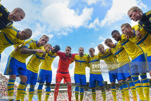 John Guidetti of Sweden gives a team talk to his team mates before the UEFA Under21 European Championship 2015 match between Sweden and England at...