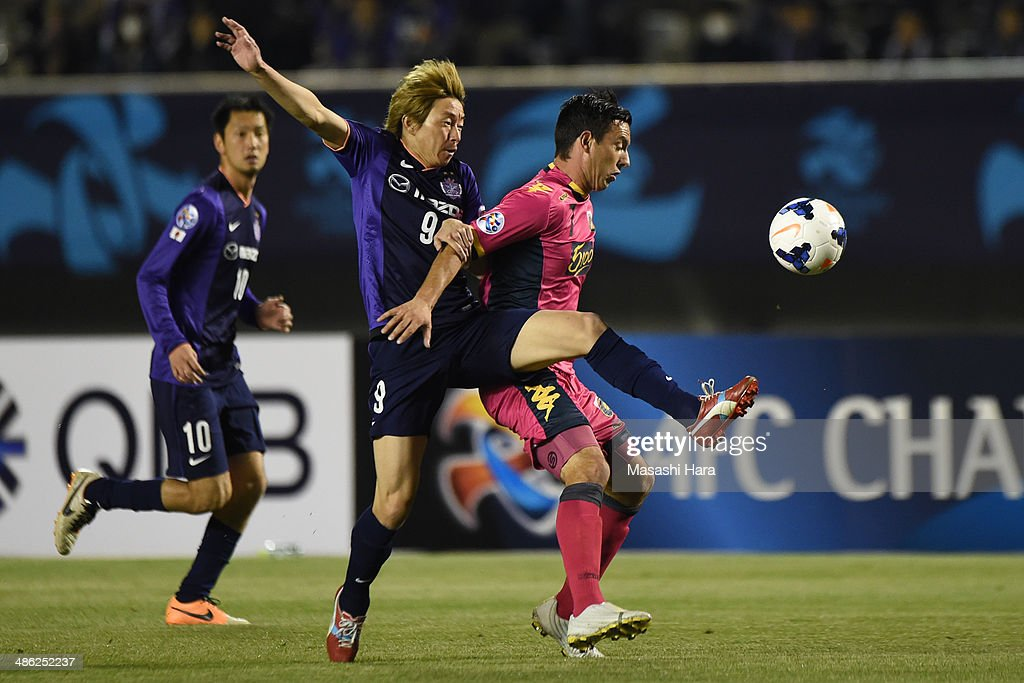 John Hutchinson #7 of Central Coast Mariners (R) and Naoki Ishihara #9 of Sanfrecce Hiroshima compete for the ball during the AFC Champions League Group F match between Sanfrecce Hiroshima and Central Coast Mariners at Edion Stadiam Hiroshima on April 23, 2014 in Hiroshima, Japan.