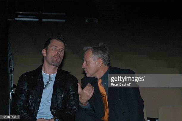 John Jürgens Manager Freddy Burger vor der Premiere der KonzertTournee 2003/04 Die Tournee München Olympiahalle Backstage Soundcheck TonProbe Sänger...