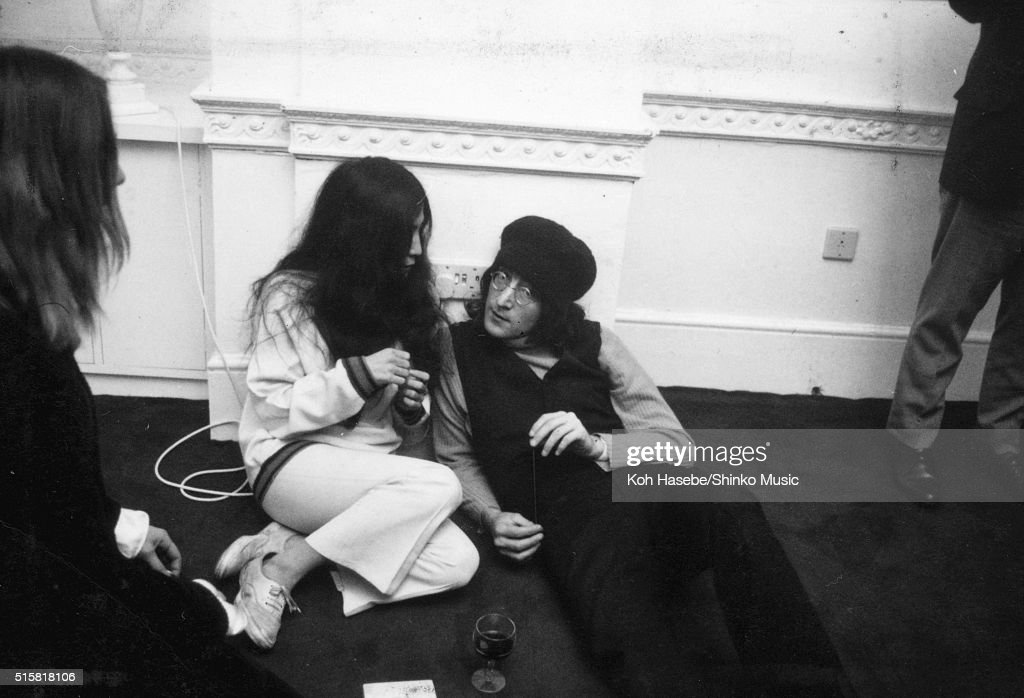 John Lennon and Yoko Ono sitting on the floor at the Apple Corps ...