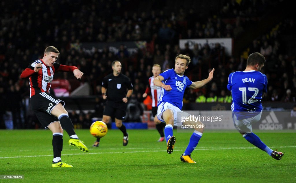 John Lundstram of Sheffield United shoots at goal during the Sky Bet Championship match between Sheffield United and Birmingham City at Bramall Lane on November 25, 2017 in Sheffield, England.