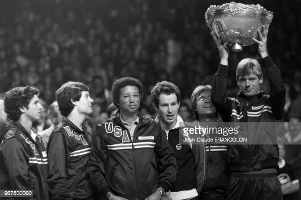 John McEnroe Gene Mayer Eliot Teltscher Peter Fleming et Brian Gottfried remportent la Coupe davis à Grenoble le 28 novembre 1982 France