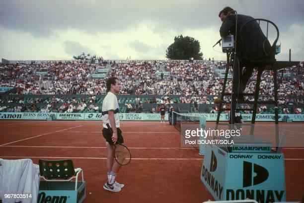John McEnroe s'adresse à un arbitre pendant les internationaux de tennis de RolandGarros le 28 mai 1985 à Paris France