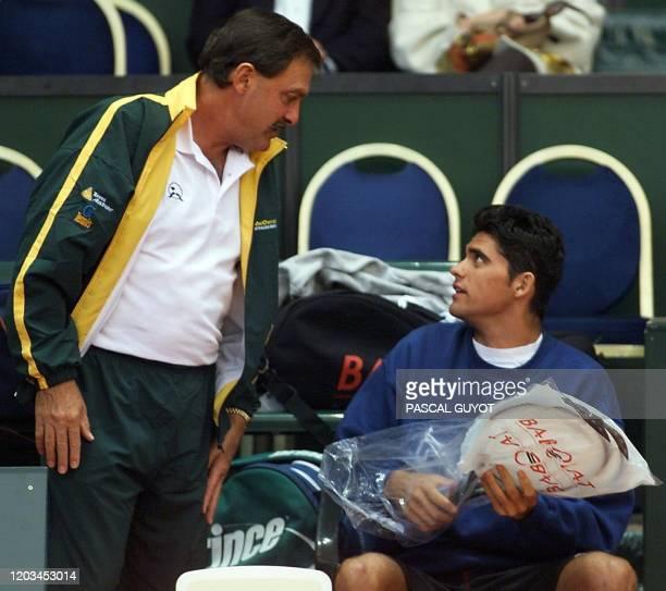 John Newcombe capitaine de l'équipe australiennne de tennnis discute avec le joueur Mark Philippoussis lors d'une séance d'entraînement au parc des...