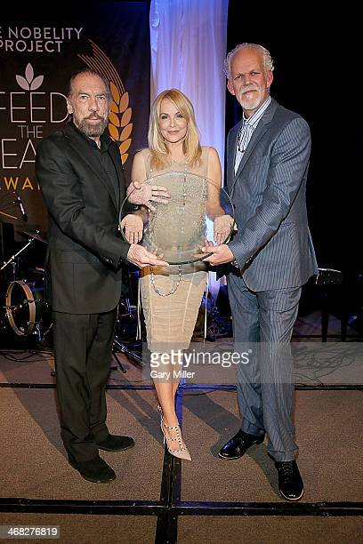 John Paul DeJoria Eloise DeJoria and Turk Pipkin pose with the Ann Richards Founders Award that was presented to John Paul Eloise during the Feed The...