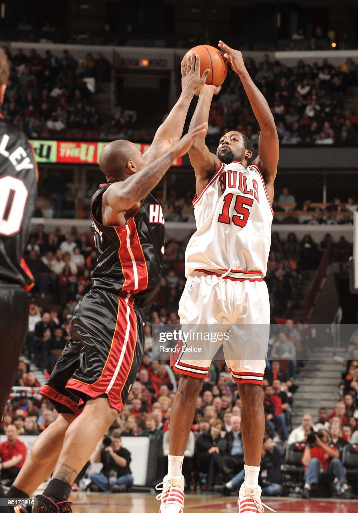 John Salmons of the Chicago Bulls shoots over Quentin