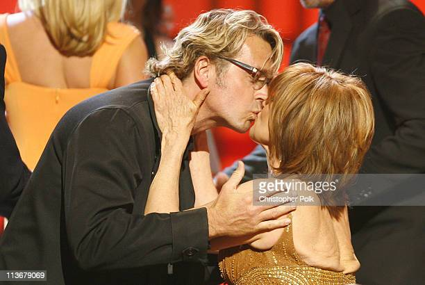 John Schneider presents the Pop Culture Award for 'Dallas' to Linda Gray