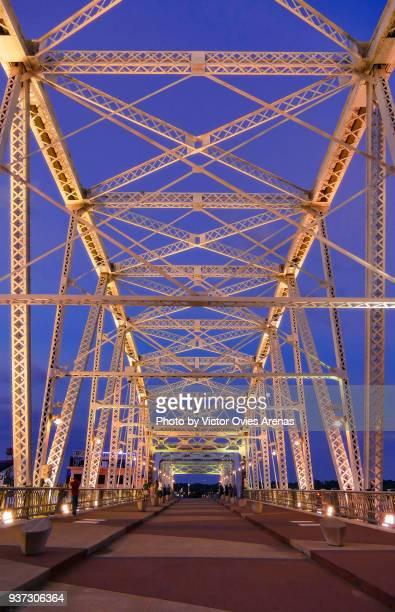 john seigenthaler pedestrian bridge lit at twilight, nashville, tennessee, usa - victor ovies fotografías e imágenes de stock