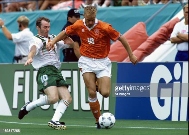 John Sheridan Dennis Bergkamp during the FIFA World Cup 1994 round of 16 match between Netherlands and Ireland om July 4 1994 at the Citrus Bowl...