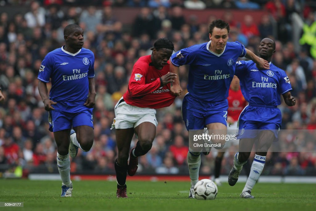 John Terry, Geremi and Claude Makelele of Chelsea take on Louis Saha of Manchester United : News Photo