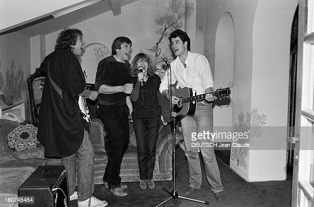 John Travolta And Gerard Depardieu On Aweekend In Bougival. France, Bougival, 2 mai 1981, l'acteur, chanteur, danseur et producteur de cinéma...