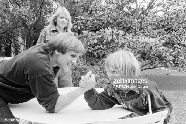 John Travolta And Gerard Depardieu On Aweekend In Bougival France Bougival 2 mai 1981 l'acteur chanteur danseur et producteur de cinéma américain...